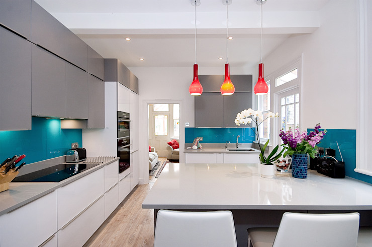 White and Grey Turquoise adds a bit of spice Kitchen Co-Ordnation Modern kitchen Glass White