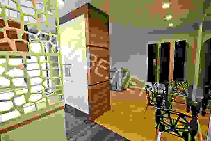 Apartament pokazowy dla dewelopera Nowoczesny korytarz, przedpokój i schody od KANABE Nowoczesny