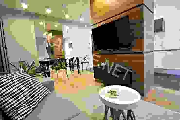 Apartament pokazowy dla dewelopera Nowoczesny pokój multimedialny od KANABE Nowoczesny