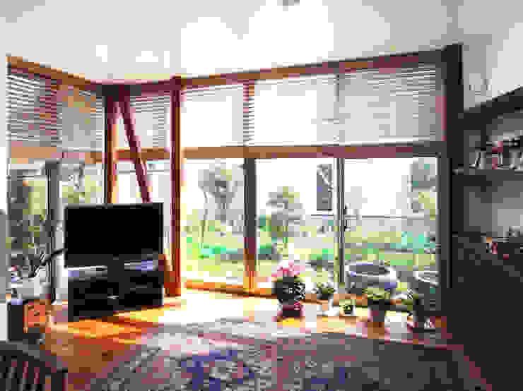茶室のある家 モダンデザインの リビング の ユミラ建築設計室 モダン