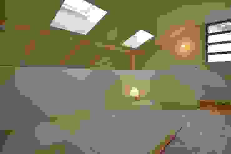 Salas multimedia de estilo moderno de バウムスタイルアーキテクト一級建築士事務所 Moderno