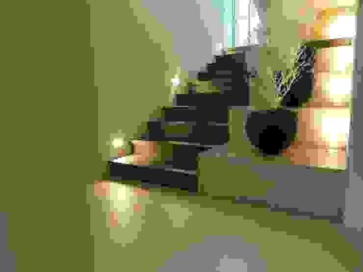 ゆっくりとした階段: DIOMANO設計が手掛けた現代のです。,モダン 木 木目調