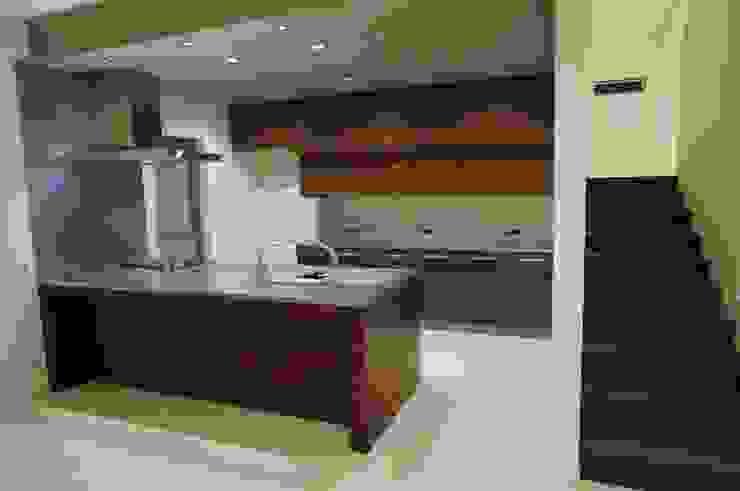 オリジナルキッチン: DIOMANO設計が手掛けた現代のです。,モダン 木 木目調