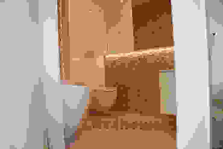 Beige Pebble Tiles on wall. Pebble Mosaic manufacturer Minimalist style bathroom by homify Minimalist Stone