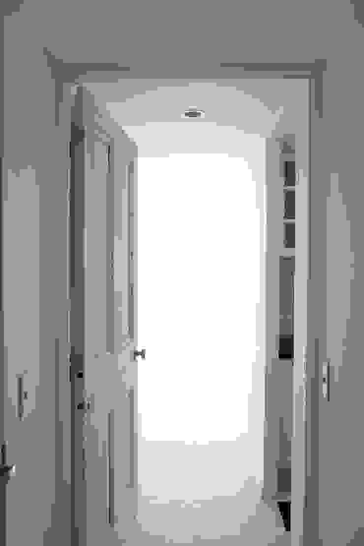 白い空間: 英国ヴィンテージドア専門ショップ「REANT」が手掛けた折衷的なです。,オリジナル 木 木目調