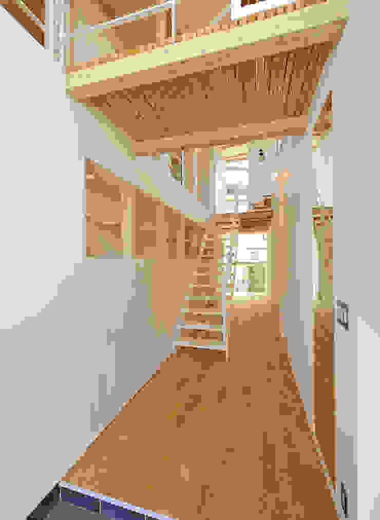 I-house オリジナルスタイルの 玄関&廊下&階段 の クコラボ一級建築士事務所 オリジナル