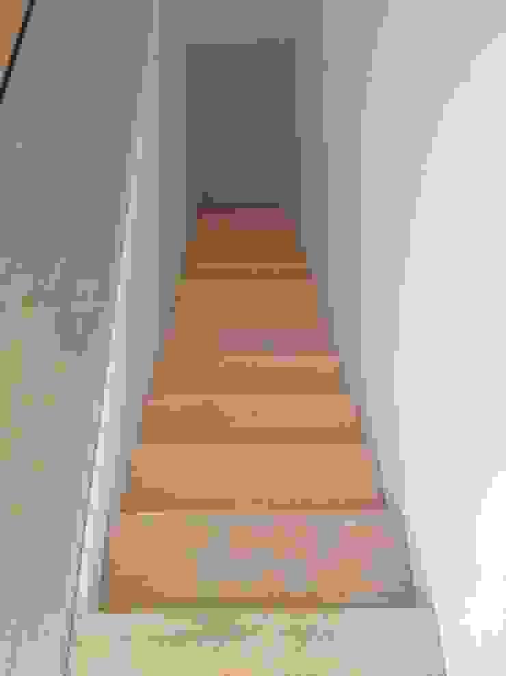 Escadas em Pinho Corredores, halls e escadas modernos por Carpinteiros.pt Moderno Madeira maciça Multicolor
