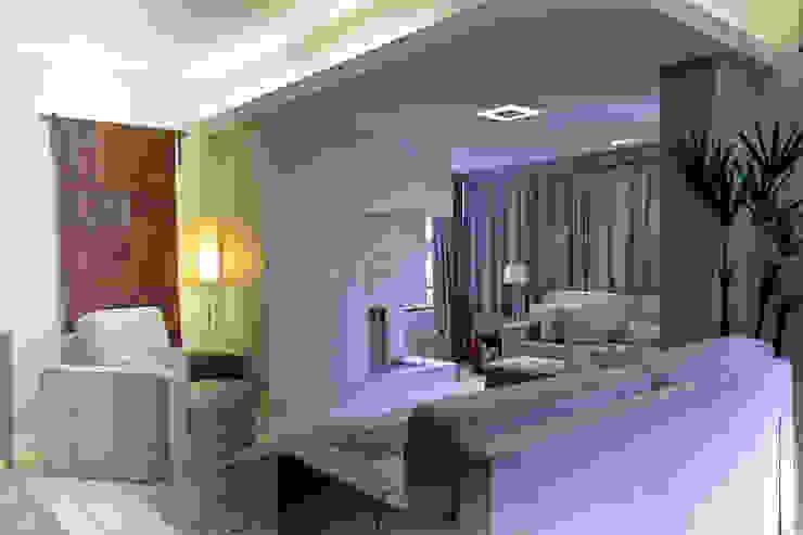 Apartamento AG Salas de estar minimalistas por Superstudiob Minimalista Algodão Vermelho