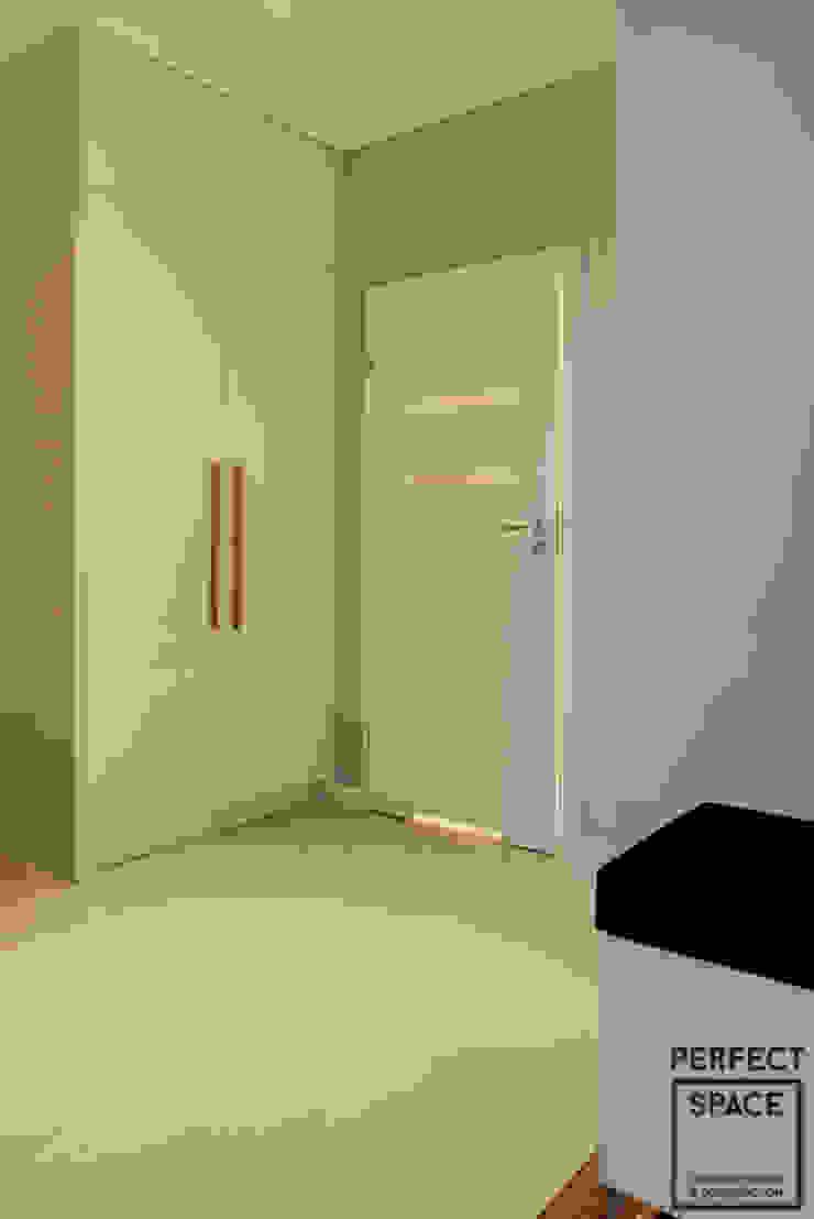 Włoska robota Nowoczesny korytarz, przedpokój i schody od Perfect Space Nowoczesny