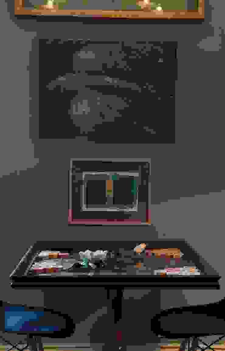 Shadows of Plum por CUBICULUM // arquitectura & interiores Eclético Madeira Acabamento em madeira