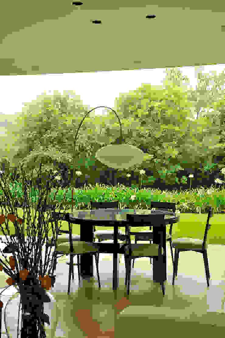 Residência VD Salas de jantar modernas por isis chaulon arquitetura Moderno
