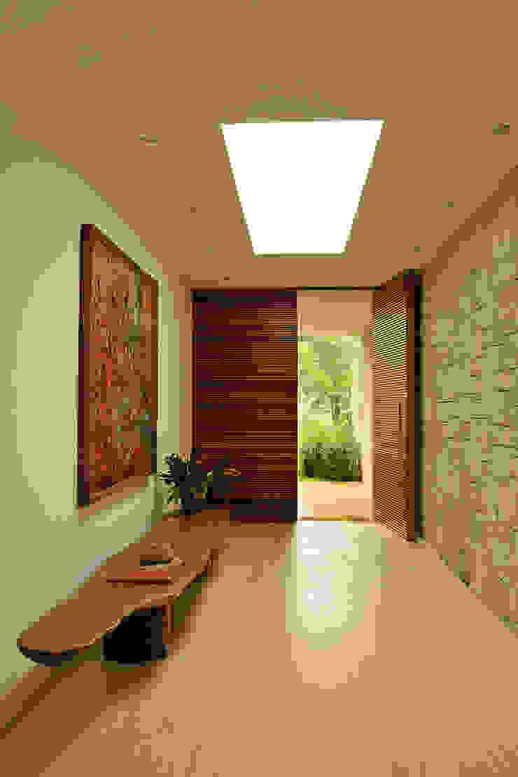 Residência VD Corredores, halls e escadas modernos por isis chaulon arquitetura Moderno