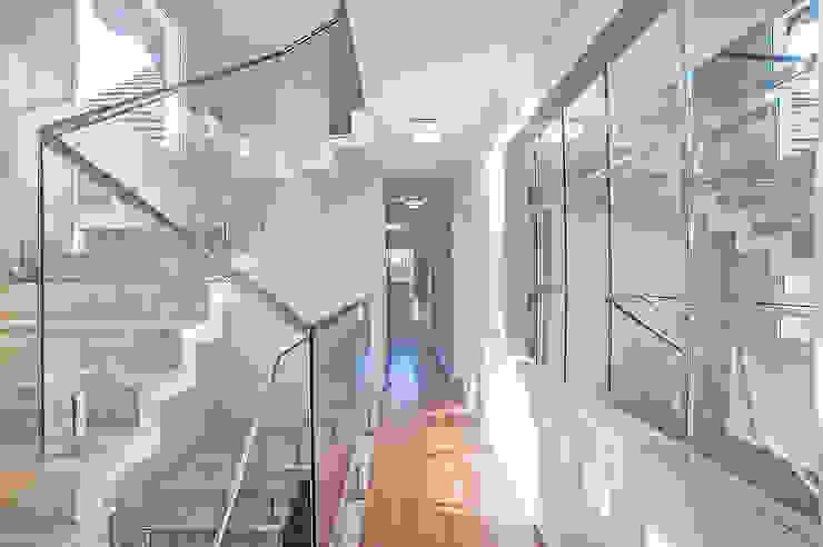 Moderner Flur, Diele & Treppenhaus von Patrícia Azoni Arquitetura + Arte & Design Modern