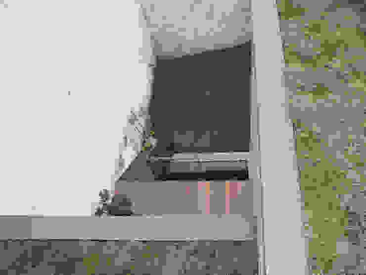 Balcone, Veranda & Terrazza in stile minimalista di planomatic Minimalista