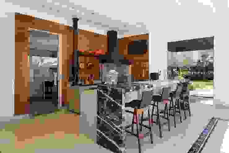 Espaço Gourmet com fogão à lenha e churrasqueira Cozinhas modernas por aei arquitetura e interiores Moderno