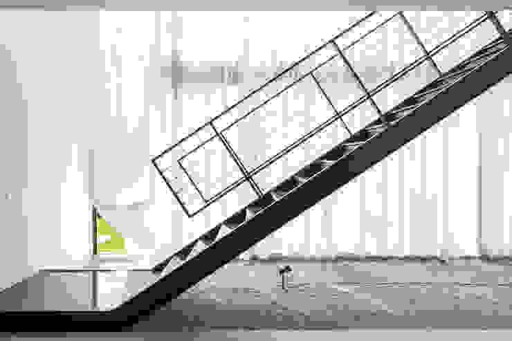 Casa R&D - Esquadra Arquitetos + Yi arquitetos Corredores, halls e escadas modernos por Joana França Moderno