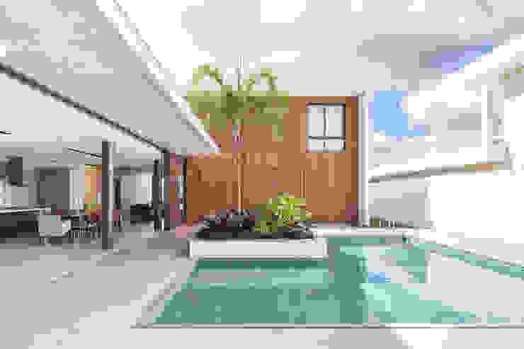 Casa R&D - Esquadra Arquitetos + Yi arquitetos Casas modernas por Joana França Moderno Madeira Efeito de madeira