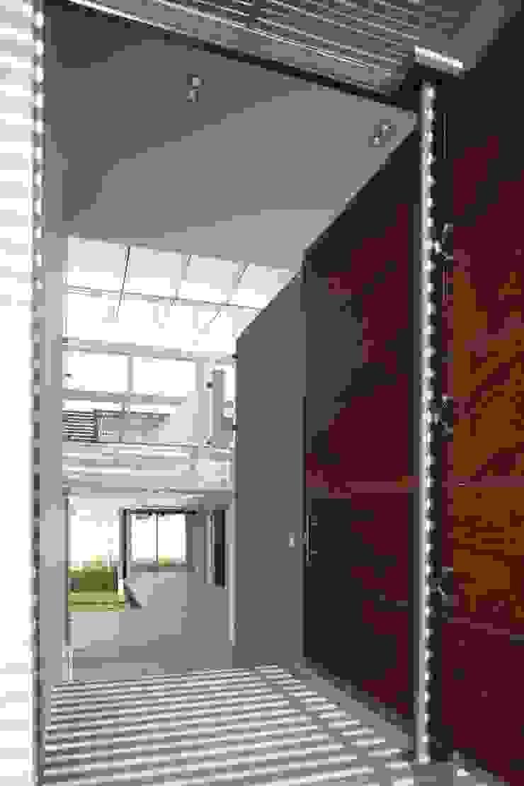 Casa Quince Pasillos, vestíbulos y escaleras minimalistas de Echauri Morales Arquitectos Minimalista