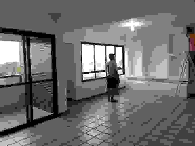 Sala de estar antes do projeto:   por CARDOSO CHOUZA ARQUITETOS