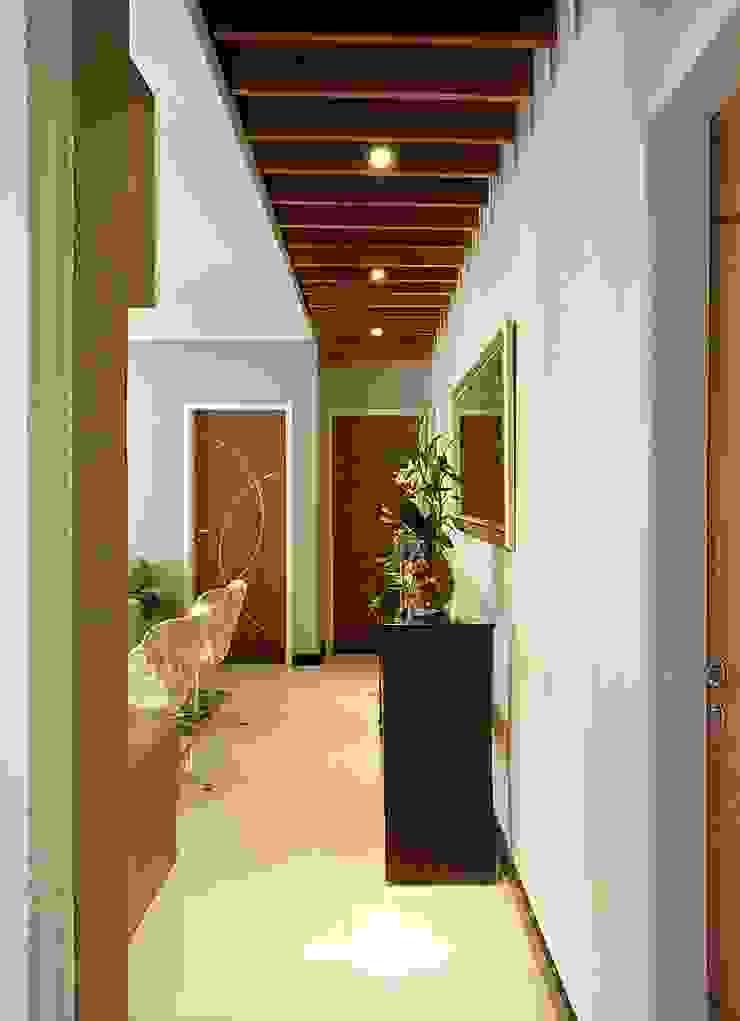 Corredor de acesso aos quartos por CARDOSO CHOUZA ARQUITETOS