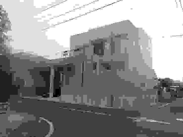 佇まい モダンな 家 の DIOMANO設計 モダン 銀/金