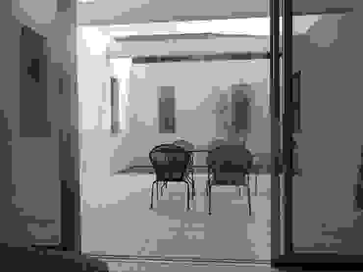 室内と自然 モダンデザインの テラス の DIOMANO設計 モダン 木 木目調
