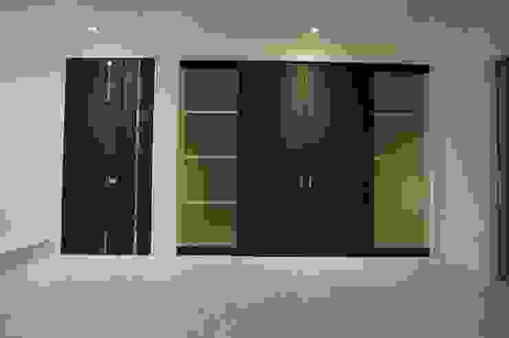 白の中に存在感の大きな黒の扉 モダンデザインの リビング の DIOMANO設計 モダン 木 木目調