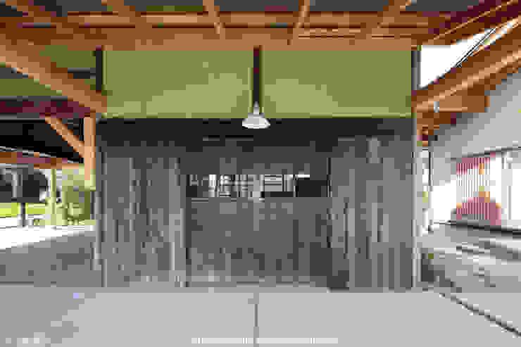 山道勉建築 Scandinavian style garage/shed Wood Yellow