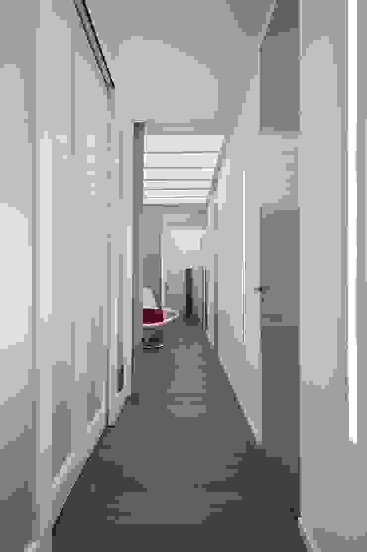 Minimalist corridor, hallway & stairs by architetto Lorella Casola Minimalist