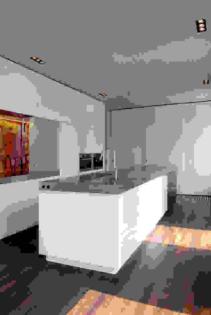 Corneille Uedingslohmann Architekten Modern kitchen