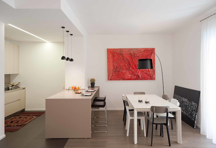 Minimalist dining room by architetto Lorella Casola Minimalist