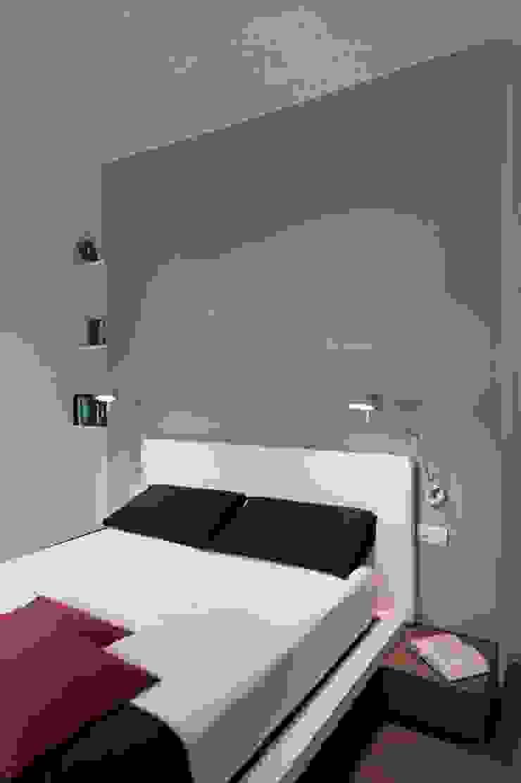 Minimalist bedroom by architetto Lorella Casola Minimalist