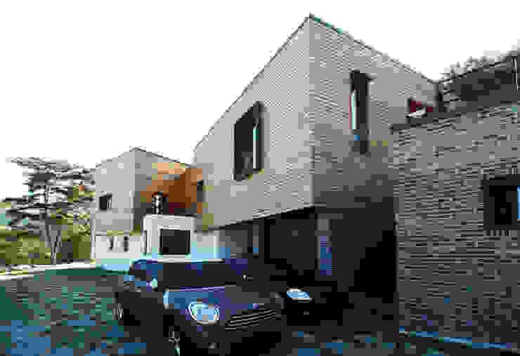 예산휘헌_ 언덕을 넘은 해가 들어오는 집 모던스타일 주택 by SHIN DESIGN LAB 신디자인랩 모던