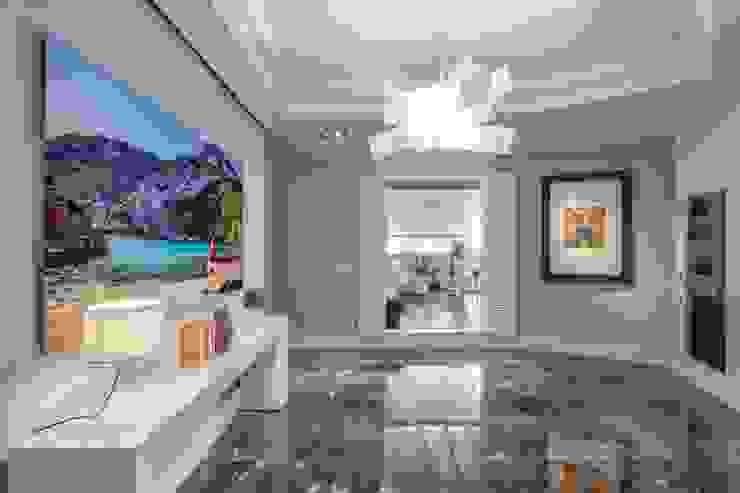 Un vestibulo con acceso directo a la terraza Pasillos, vestíbulos y escaleras de estilo ecléctico de Laura Yerpes Estudio de Interiorismo Ecléctico