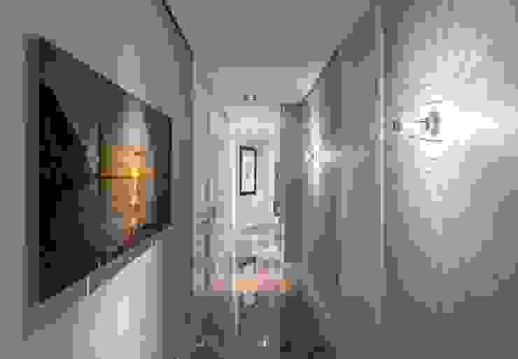 Pasillo más funcional y luminoso Pasillos, vestíbulos y escaleras de estilo ecléctico de Laura Yerpes Estudio de Interiorismo Ecléctico