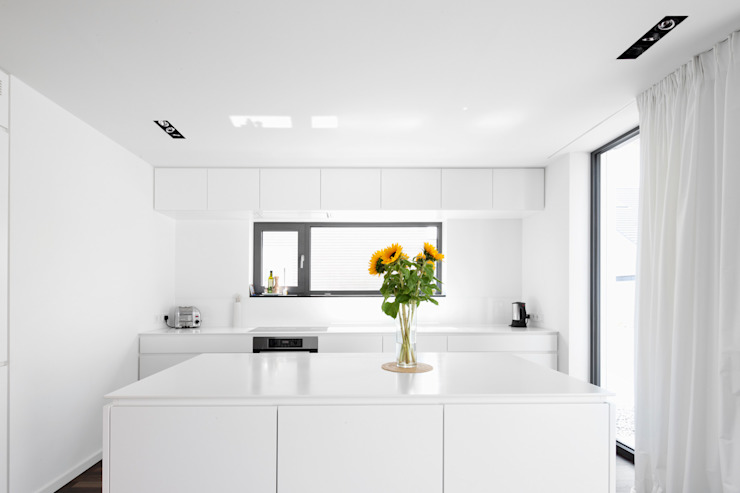 Corneille Uedingslohmann Architekten Modern Kitchen White