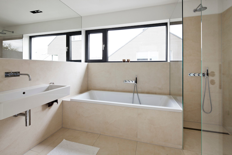 Modern bathroom by Corneille Uedingslohmann Architekten Modern
