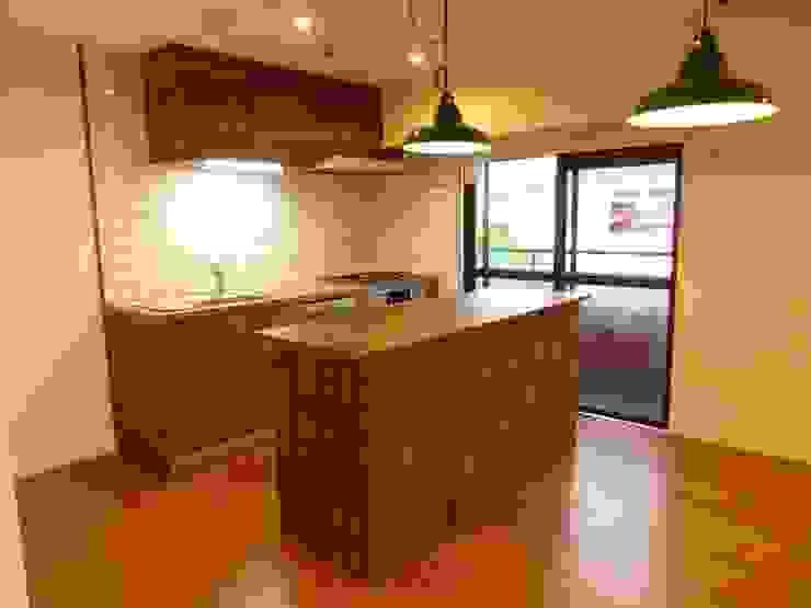 キッチンとキッチンカウンター: HOUSE of FUN Renovationsが手掛けた素朴なです。,ラスティック