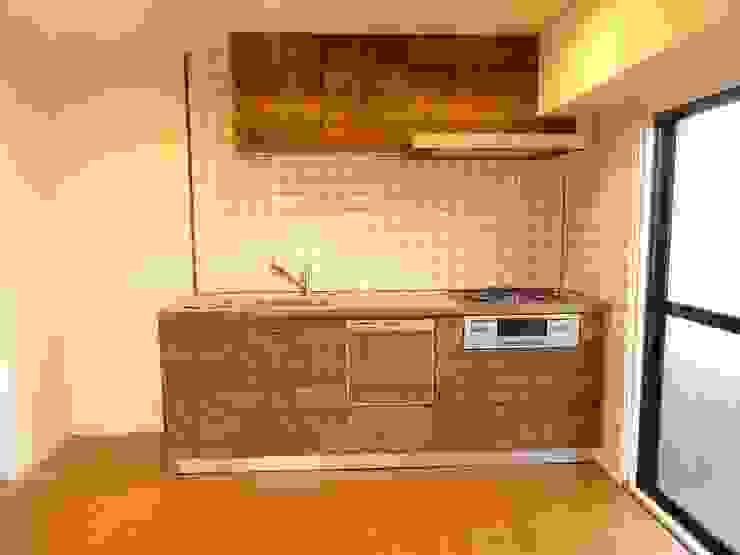 キッチンタイル: HOUSE of FUN Renovationsが手掛けた素朴なです。,ラスティック