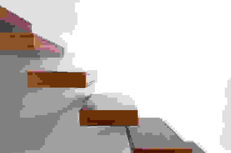 Detalhe Degraus Corredores, halls e escadas minimalistas por Spacemakers Minimalista Madeira maciça Multicolor