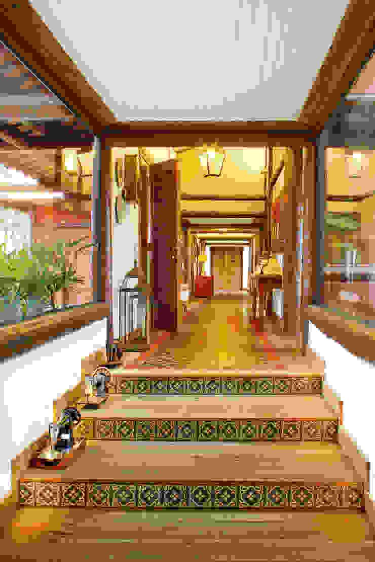Pasillos, vestíbulos y escaleras de estilo tropical de FERNANDO ROMA . estudioROMA Tropical
