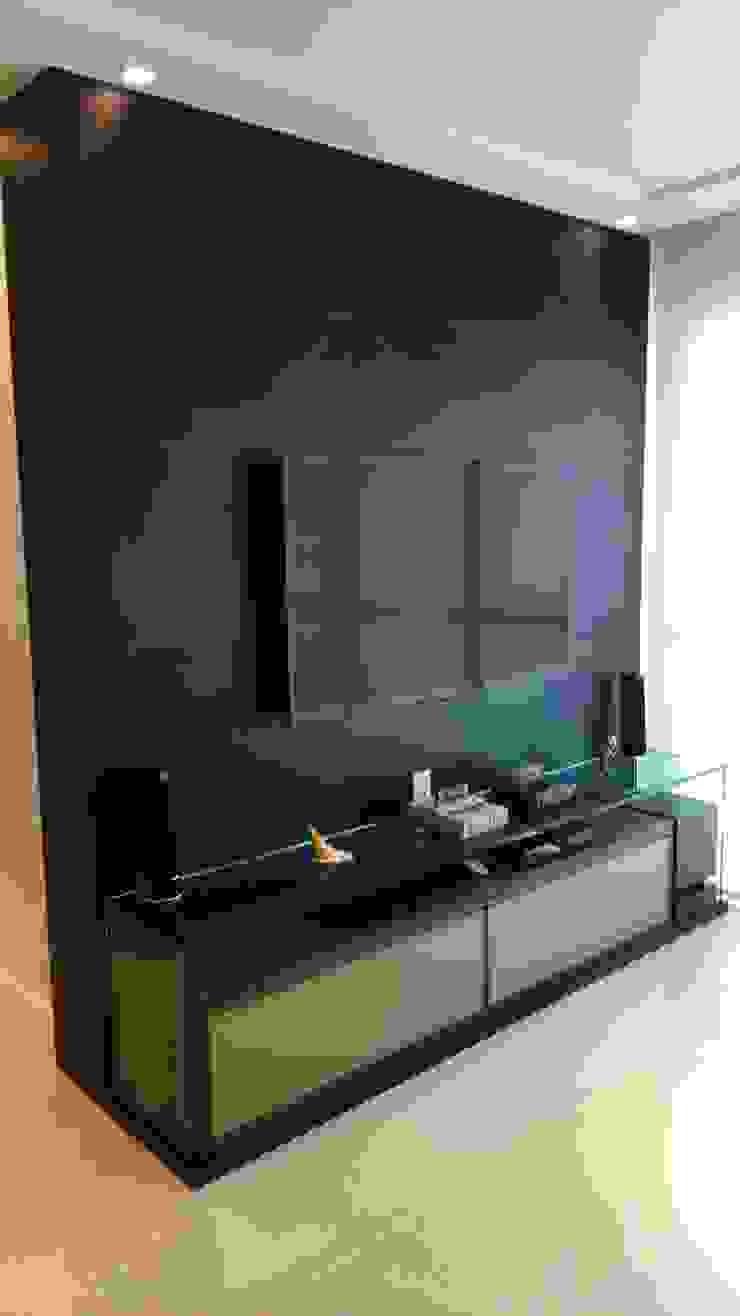 Sala de tv Salas de estar modernas por Caroline Lima Arquitetura Moderno Madeira Efeito de madeira