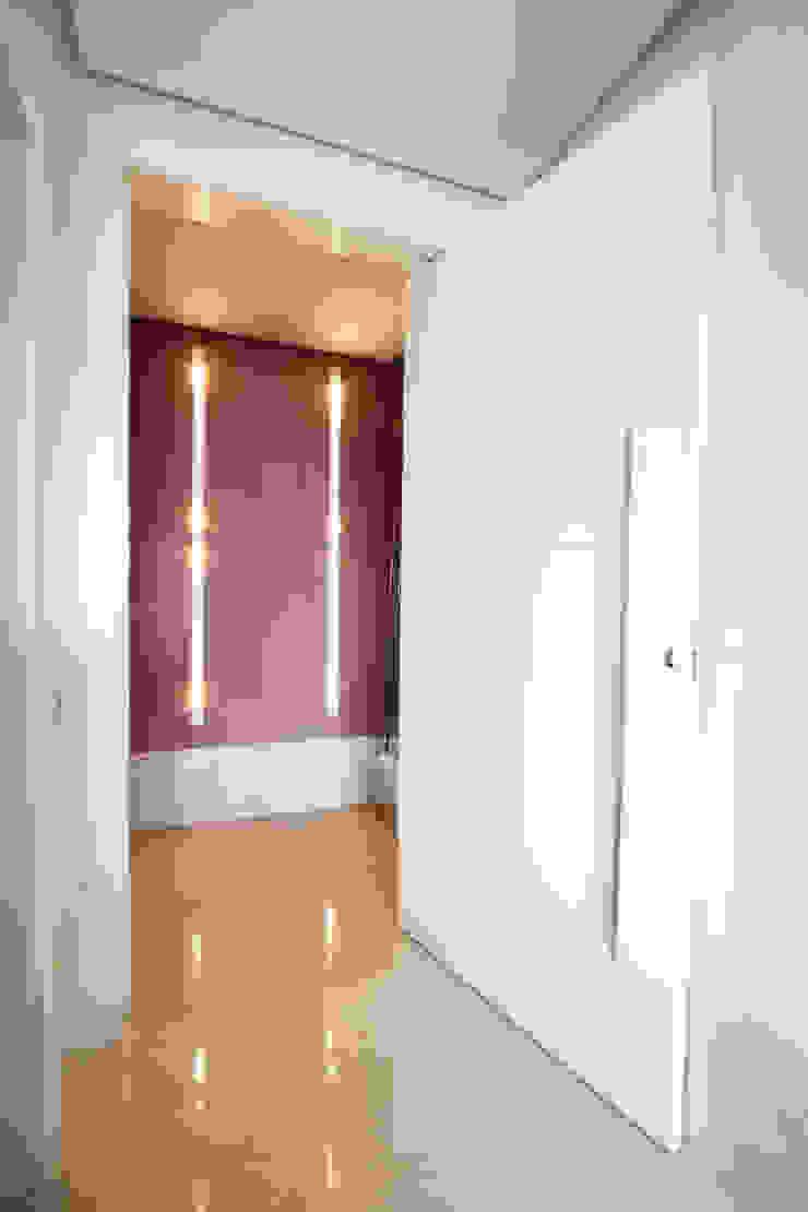 Apartamento Itaim Corredores, halls e escadas modernos por Officina44 Moderno