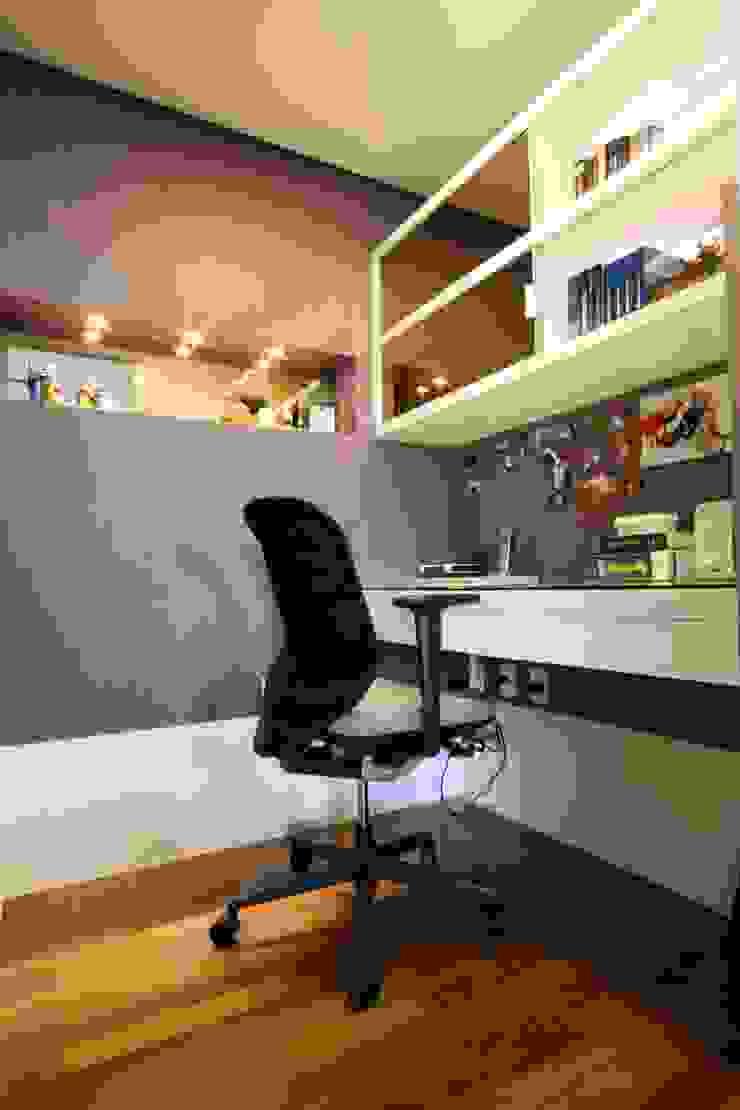 Apartamento Itaim Escritórios modernos por Officina44 Moderno