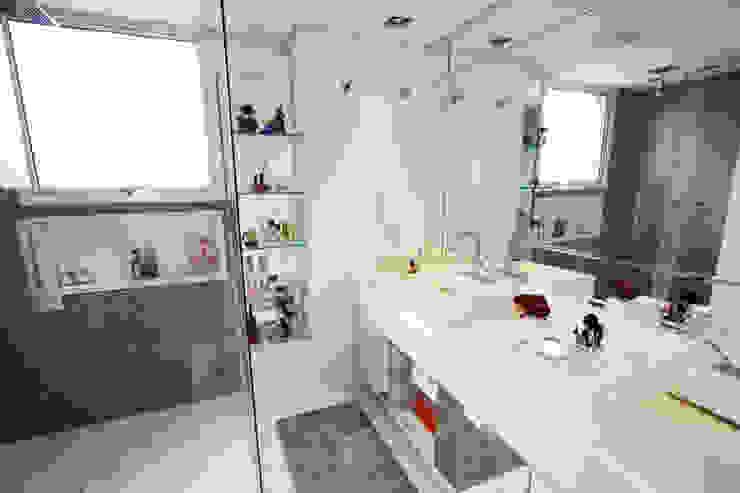 Apartamento Itaim Banheiros modernos por Officina44 Moderno