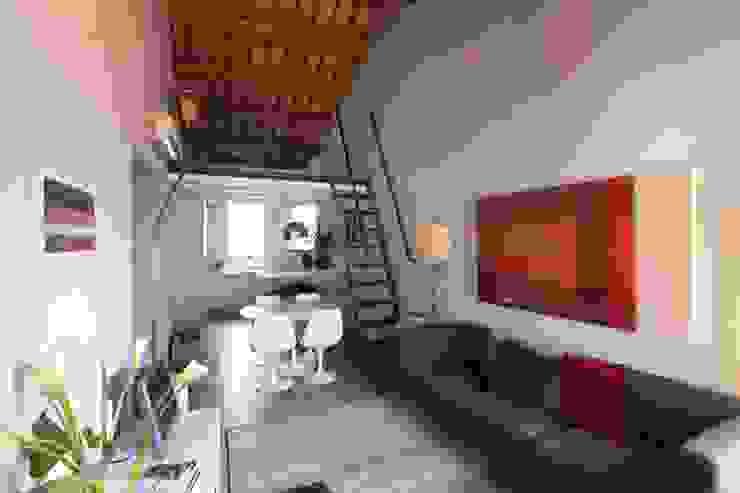 Il soggiorno e la cucina Soggiorno moderno di cristina mecatti interior design Moderno