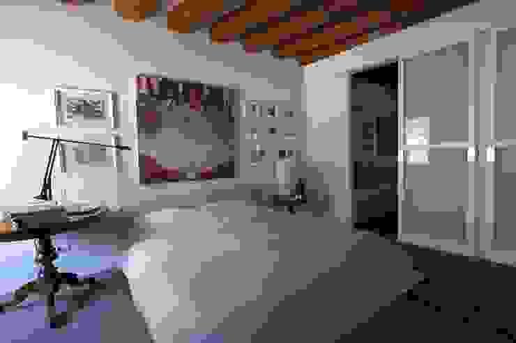 La camera da letto Camera da letto moderna di cristina mecatti interior design Moderno