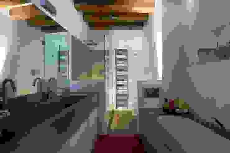 Il bagno padronale. Bagno moderno di cristina mecatti interior design Moderno