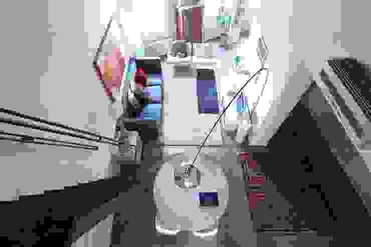 Vista del soggiorno dal soppalco Soggiorno moderno di cristina mecatti interior design Moderno