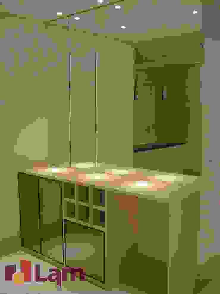 Bodegas de vino de estilo moderno de LAM Arquitetura | Interiores Moderno